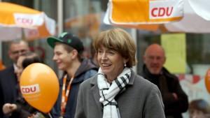 CDU, Yeşiller, FDP ve beş partinin desteklediği, seçimin favorisi olarak görülen bağımsız aday Henriette Reker bıkçaklı saldırıya uğradı.